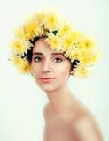 有黄色花的白种人妇女在她的头附近缠绕 库存照片