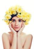 有黄色花的白种人妇女在她的头附近缠绕 免版税库存照片