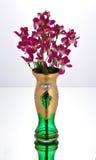 有紫色花的绿色玻璃瓶子 库存照片