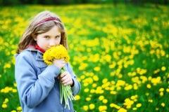 有黄色花花束的女孩  库存图片