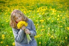 有黄色花花束的女孩  免版税库存照片