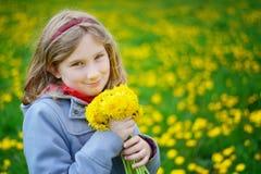 有黄色花花束的女孩  库存照片