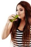 有绿色苏打和喝的年轻美丽的妇女 免版税库存照片