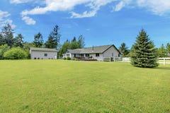 有绿色草坪和棚子的宽敞后院庭院 库存图片