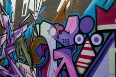 有紫色街道画的墙壁 免版税库存图片