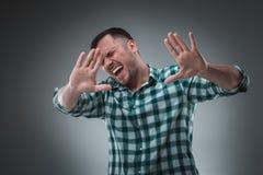 有绿色衬衣的英俊的人说中止 免版税库存照片
