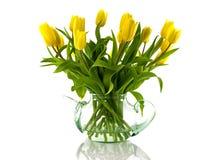 有黄色郁金香的花瓶 库存照片