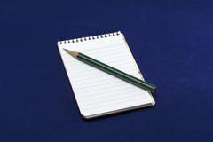 有绿色铅笔的笔记本 免版税图库摄影