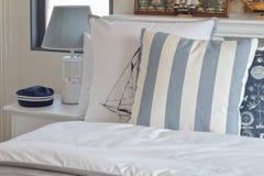 有绿色镶边枕头的现代卧室在床和12月上 库存照片