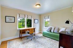 有绿色长沙发的明亮的办公室室 库存图片