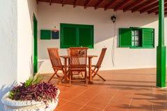有绿色门和窗口的典型的白色房子 免版税库存图片