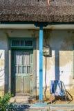 有绿色门和蓝色柱子的葡萄酒老墙壁 前方en 库存照片