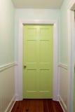 有绿色门的内部走廊 库存图片