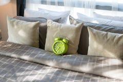 有绿色闹钟的卧室在床上 免版税图库摄影