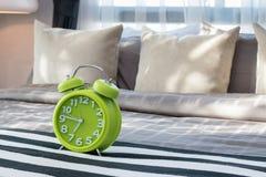 有绿色闹钟的卧室 图库摄影