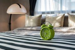有绿色闹钟的卧室 免版税库存图片