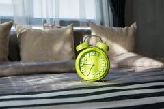 有绿色闹钟的现代卧室 免版税库存照片