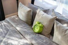 有绿色闹钟的现代卧室 图库摄影
