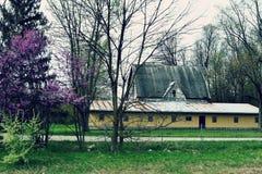 有黄色附属建筑的农场 图库摄影