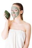 有绿色鲕梨黏土脸面护理面具的美丽的妇女 库存照片