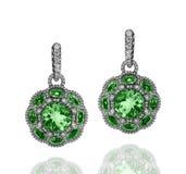 有绿色绿宝石和白色金刚石的人造白金耳环 免版税库存图片