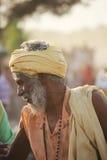有黄色头巾的印地安人 免版税库存图片