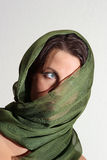 有绿色围巾的妇女 免版税库存图片
