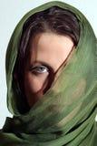 有绿色围巾的妇女 库存图片