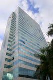 有绿色玻璃悬墙的摩天大楼 免版税库存照片