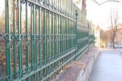 有绿色绘画的金属篱芭 库存照片