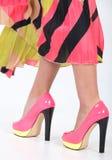 有绿色黄色修剪的时髦的桃红色高跟鞋 库存照片