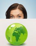 有绿色eco地球的例证的妇女 免版税库存图片