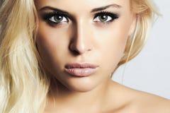 有绿色eyes.woman.professional构成的美丽的白肤金发的女孩 库存例证