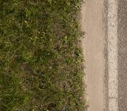 有绿色grass_2的灰色路 图库摄影