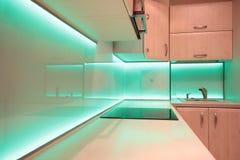 有绿色LED照明设备的现代豪华厨房 免版税库存照片