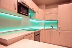 有绿色LED照明设备的现代豪华厨房 库存照片