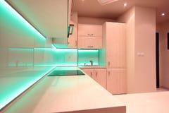 有绿色LED照明设备的现代豪华厨房 免版税库存图片