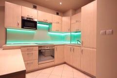有绿色LED照明设备的现代豪华厨房 免版税图库摄影