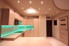 有绿色LED照明设备的现代豪华厨房 库存图片