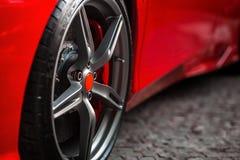有细节的红色跑车在光亮的轮子轮胎 免版税图库摄影