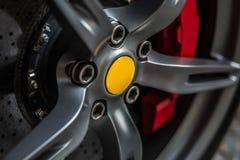 有细节的跑车在光亮的轮子轮胎 库存图片