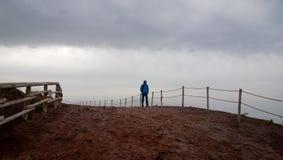 有维苏威的孤独的沉思的陌生人在背景中 库存照片