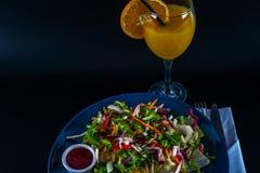 有莴苣混合和两个调味汁的,蓝色板材烤鸡乳房 免版税库存照片