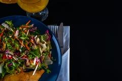 有莴苣混合和两个调味汁的,蓝色板材烤鸡乳房 图库摄影