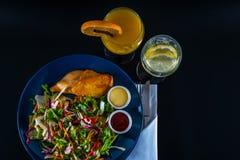 有莴苣混合和两个调味汁的,蓝色板材烤鸡乳房 库存照片