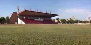 有绿草的足球场 图库摄影