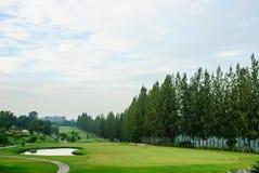 有绿草的高尔夫球地方 库存图片