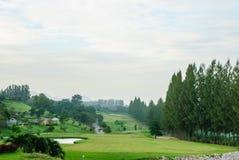 有绿草的高尔夫球地方 库存照片