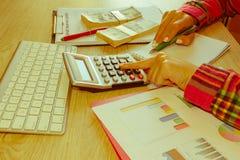 有经营计划、计算器、美元钞票、spreadshee和笔的女性在桌上 库存图片