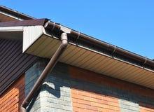 有水落管管子的雨天沟 家庭Guttering,天沟,塑料Guttering系统 库存图片